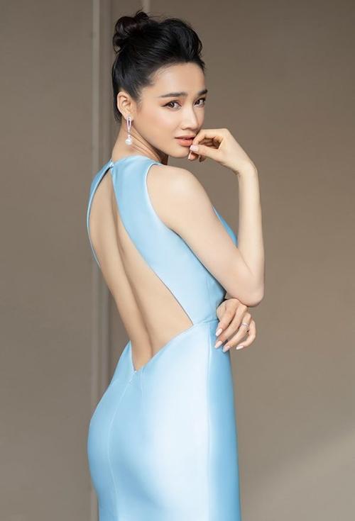 Kiểu đầm khoét táo bạo khoe lưng trần vẫn được Nhã Phương ưu ái. Đây từng là phong cách ruột của nữ diễn viên trước khi lập gia đình.