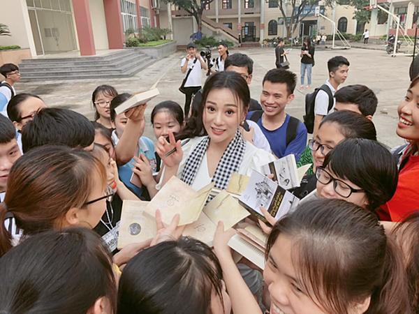 Phương Oanh được rất nhiều bạn trẻ xin chữ ký trong một chuyến công tác.