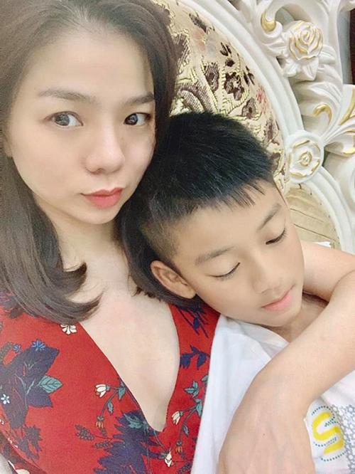 Lệ Quyên khoe con trai 8 tuổi điển trai, cao gần bằng mẹ.