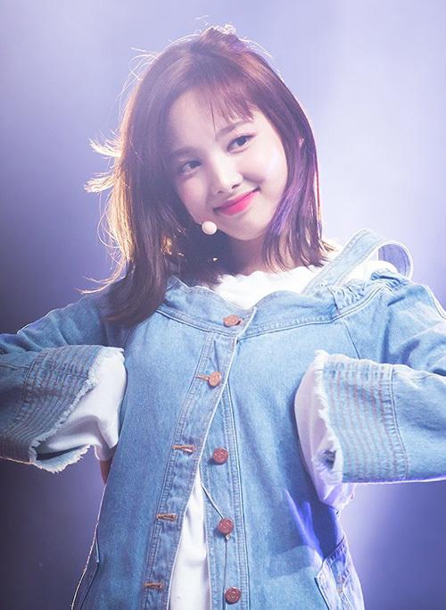 Na Yeon lần đầu cắt tóc ngắn trong MV TT. Cô nàng vẫn xinh đẹp dù tô màu son hồng kén da.