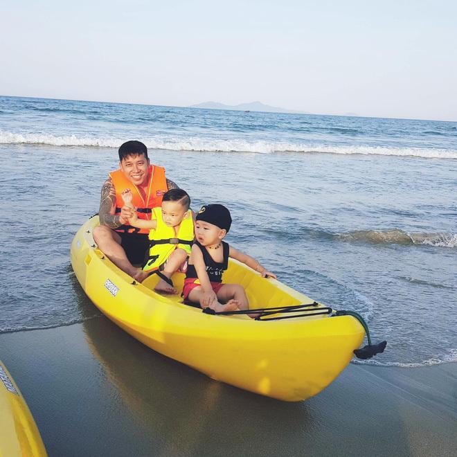 <p> Lê Hoàng The Men cũng đưa vợ và hai con đi du lịch biển dịp 1/6.</p>