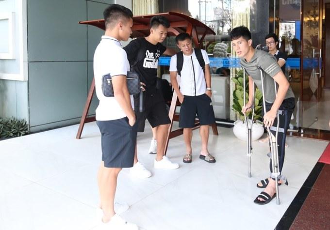 <p> Bỏ lỡ King's Cup nhưng Đình Trọng vẫn giữ đúng lịch trình trở về Hà Nội, từ Pleiku lúc 12h10 cùng toàn đội. HLV Park muốn gặp Đình Trọng tại sân bay trước khi ông sang Thái Lan, CLB Hà Nội chia sẻ.</p>