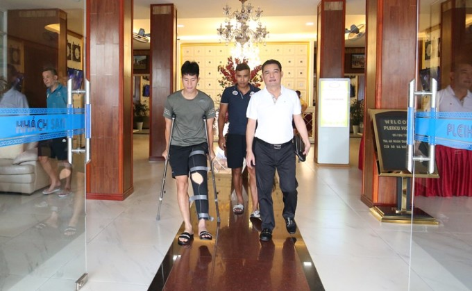 <p> Hiện tại, bác sĩ của CLB Hà Nội xác nhận Đình Trọng đã thoát khỏi chấn thương nặng nhất là đứt dây chằng bởi trung vệ sinh năm 1997 đã gập được chân. Tình trạng chuẩn xác phải đợi chân bớt sưng, hết dịch ở đầu gối mới có thể chụp chiếu.</p>