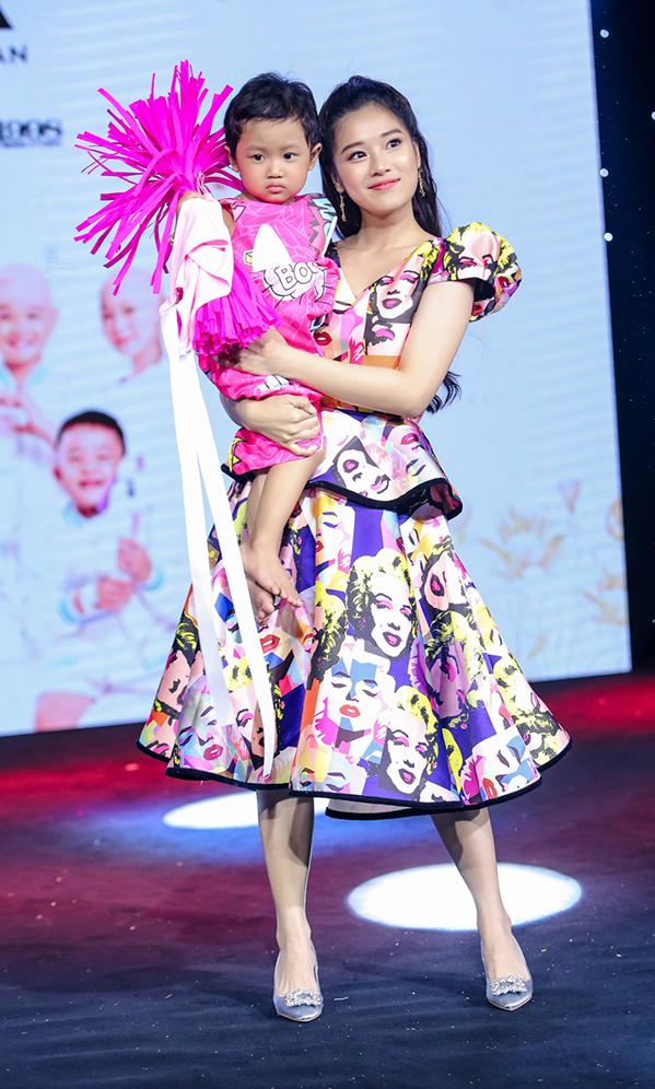 """<p> Bế một bệnh nhi trên tay, Hoàng Yến Chibi tự tin sải bước. Dù không phải người mẫu chuyên nghiệp, Hoàng Yến Chibi cảm thấy vô cùng hào hứng. Đây cũng là show diễn đặc biệt nhất, ý nghĩa nhất mà giọng ca """"Tháng năm rực rỡ"""" từng được tham gia.</p>"""