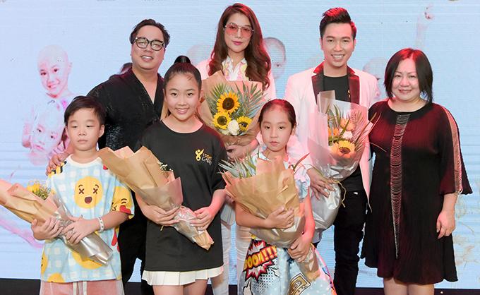 <p> Chúc mừng NTK Ivan Trần còn có diễn viên Trương Ngọc Ánh, MC Tùng Leo.</p>