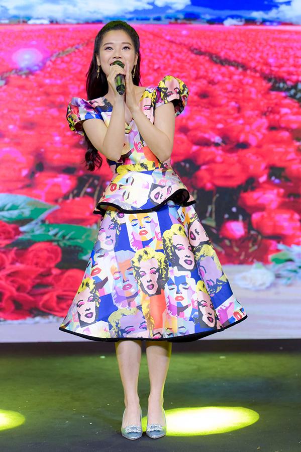"""<p> Nữ ca sĩ 9x mang đến ca khúc """"Em vẫn yêu đời"""" (sáng tác Bùi Công Nam) với phong cách nhí nhảnh phù hợp với các bạn nhỏ. Gây bất ngờ, Hoàng Yến Chibi còn xuất hiện trong vai trò người mẫu mở màn và kết show qua BST của NTK Ivan Trần cùng hàng chục bệnh nhi ung thư đang điều trị ở bệnh viện Ung bướu TP HCM.</p>"""