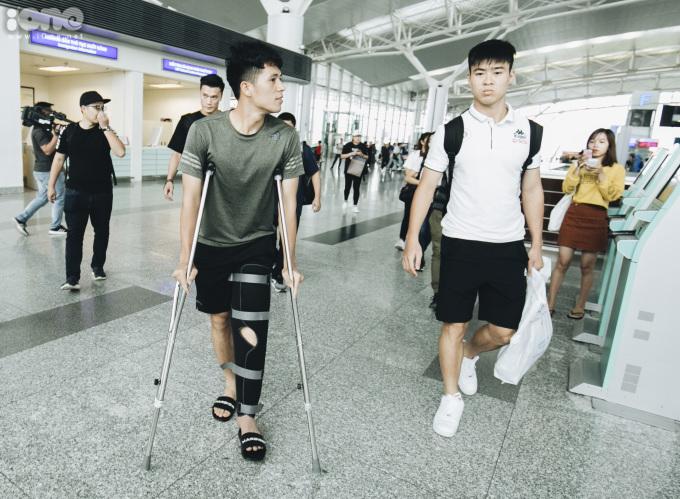 <p> Dù bị chấn thương, Trần Đình Trọng vẫn tới sân bay. Theo kế hoạch ban đầu, trung vệ Hà Nội FC cùng đội tuyển bay đi Bangkok vào chiều 1/6. Tuy nhiên, anh bị dính chấn thương trong trận đấu với HAGL vào tối 31/5, lỡ hẹn dự King's Cup 2019 cùng đội tuyển Việt Nam.</p>
