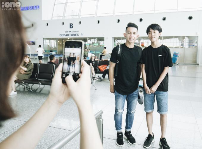 <p> Người hâm mộ chụp ảnh cùng các cầu thủ đội tuyển Việt Nam.</p>