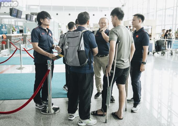 <p> Đình Trọng trò chuyện với ban huấn luyện đội tuyển Việt Nam.</p>