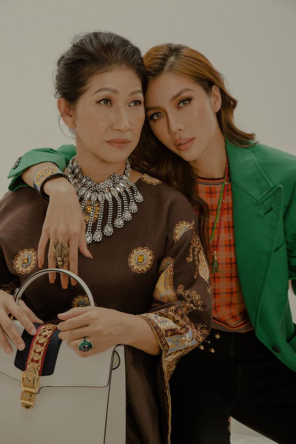 <p> Minh Tú chụp bộ ảnh cùng mẹ, ngược thời gian ôn lại những kỷ niệm ngày còn thơ bé.</p>