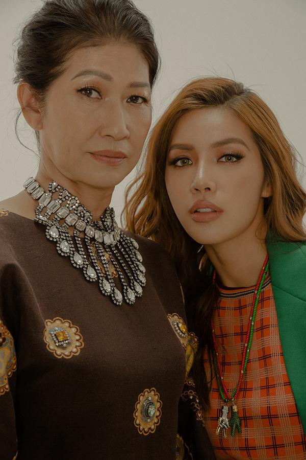 """<p> Miss Supranational Asia 2018 chia sẻ, công việc bận rộn nên thời gian dành cho mẹ cũng ít hơn. """"Lần chụp ảnh này, được ngắm nhìn kỹ gương mặt của mẹ, tôi giật mình khi thấy bà có nhiều nếp nhăn hơn. Tôi biết mình phải có bổn phận chăm sóc và yêu thương mẹ nhiều hơn"""", cô nói.</p>"""