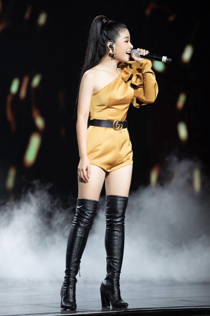 <p> Tối 31/5, Dương Hoàng Yến góp mặt trong một sự kiện âm nhạc tại Nhà hát Hòa Bình, TP HCM. Cô trang phục bộ bodysuit lệch vai, gam màu vàng cá tính cùng boots cao cổ chất liệu da bóng.</p>