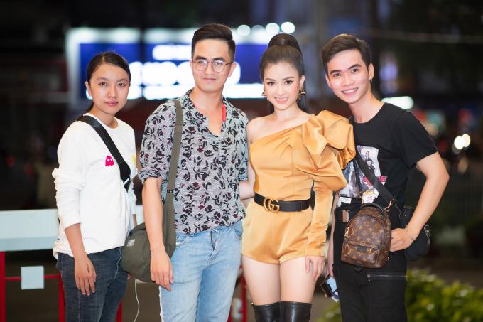 <p> Dương Hoàng Yến chụp hình cùng fan.</p>
