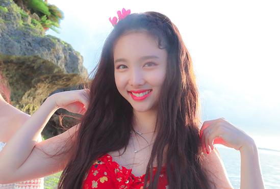 Na Yeon tỏa sáng với những màu son nổi. Nữ idol được khen ngợi có vẻ đẹp như những trái đào. Trong MVDance The Night Away, cô nàng nổi bật với làn da trắng phát sáng, nụ cười rạng rỡ.