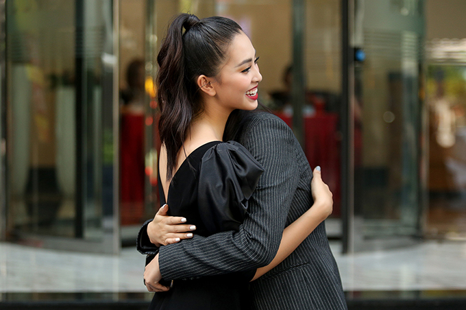 <p> Vừa gặp nhau, họ đã tay bắt mặt mừng, dành cho nhau cái ôm thân thiết. Đều bước ra từ cuộc thi Hoa hậu Việt Nam, Mai Phương Thúy - Trần Tiểu Vy nhận được sự ủng hộ khi đăng quang.</p>
