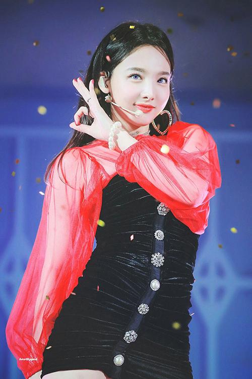 Khi đeo lens màu, Na Yeon toát lên thần thái sang chảnh cực hút mắt. Nữ ca sĩ có hình tượng girlcrush trong thời gian quảng bá Yes or Yes.