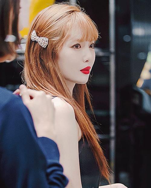 Dù diện trang phục giản đơn hay full họa tiết, outfit cá tính hay váy áo điệu đà, thì HyunA vẫn ưa thích màu son đỏ tươi, đậm.