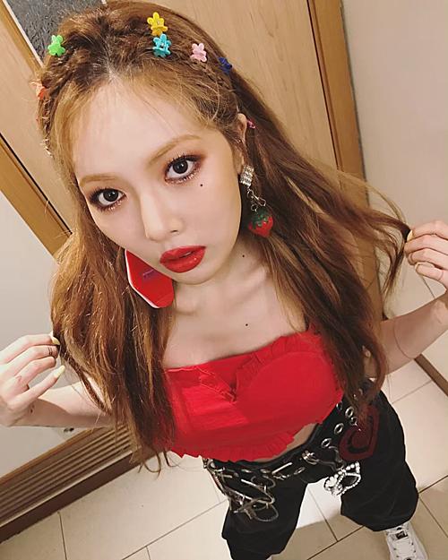 HyunA nhiều lần mix-match màu áo, màu móng tay ton-sur-ton màu son đỏ, nhờ đó tôn vinh nhan sắc, thần thái cùng vẻ đẹp gợi cảm vạn người mê.