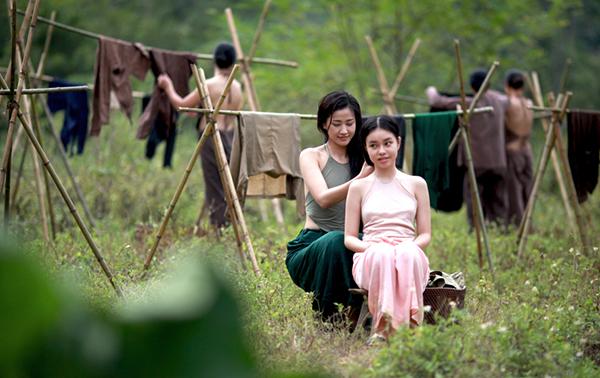 Trà My (phải) và Maya (vai người vợ hai)trong phim.