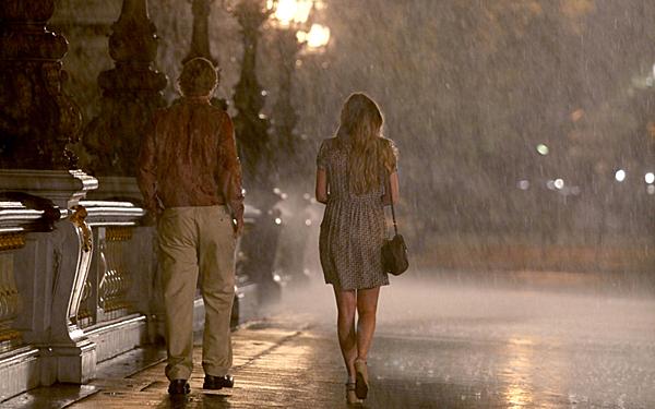 Cảnh đi bộ lãng mạn dưới cơn mưa ở Paris.