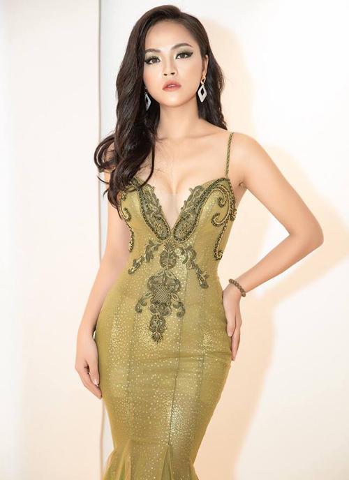 Thời trang của người đẹp gắn liền với những bộ trang phục ôm sát cơ thể, khoe vòng một đầy đặn.