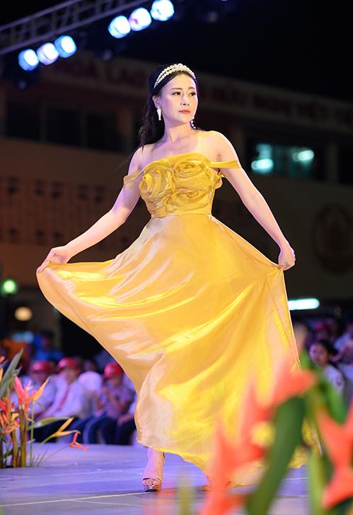 Dịp cuối tuần, Phương Oanh tham gia fashion show Kết nối yêu thương tại Hải Phòng với vai trò vedette trình diễn bộ sưu tập cho NTK Thảo Nguyễn.