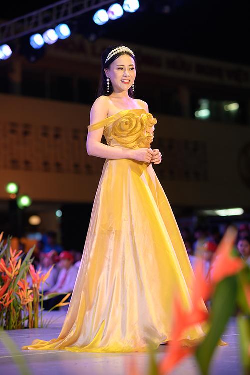 Trên sân khấu, nữ diễn viên diện bộ đầm vàng khoe vai trần gợi cảm, kết hợp cùng trang sức ngọc trai tăng vẻ ngọt ngào.