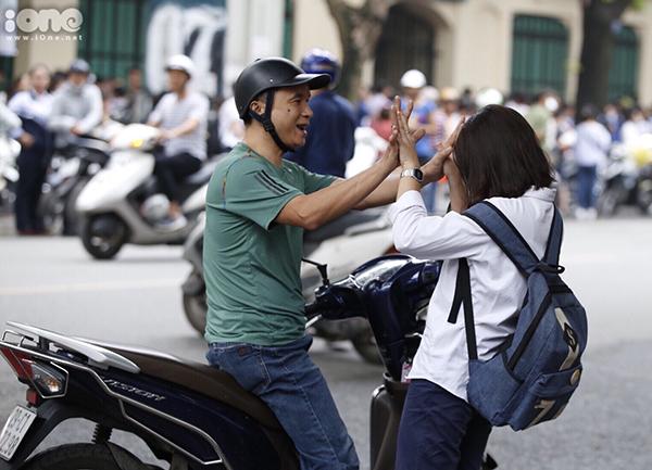 Các phụ huynh đưa con đi thi, không quên động viên bằng những cái ôm, đập tay tiếp thêm sức mạnh.