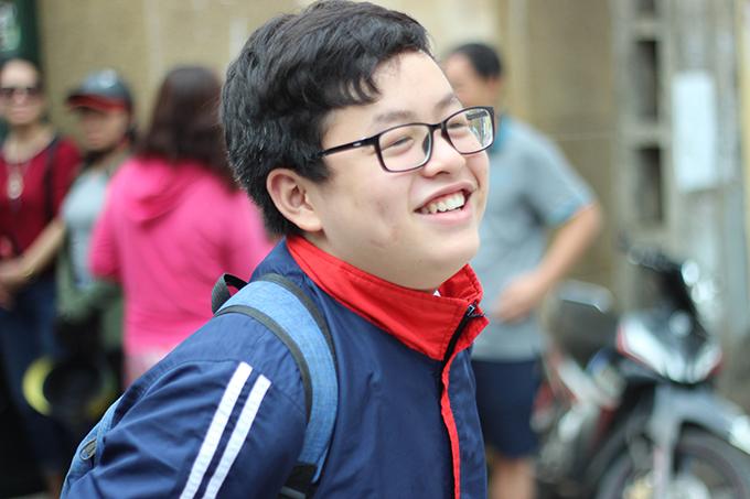 <p> Một nam sinh bất chấp nắng nóng nở nụ cười tươi rói sau khi rời phòng thi.</p>