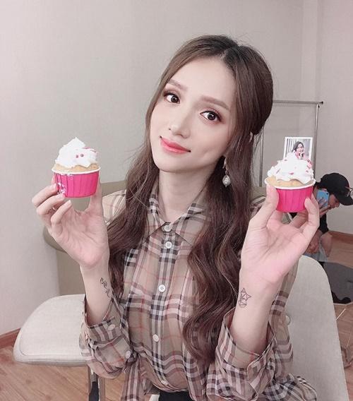 Sau buổi họp fan, Hương Giang pose hình đáng yêu bên những chiếc cupcake fan tặng.