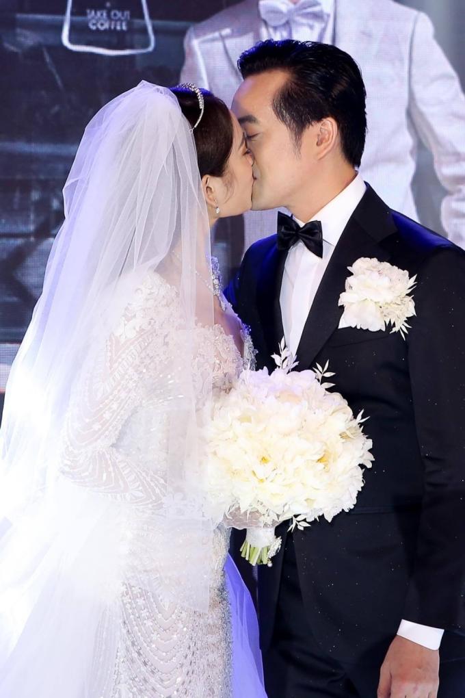 <p> Anh còn dành tặng vợ nụ hôn ngọt ngào trước sự chứng kiến của nhiều người.</p>
