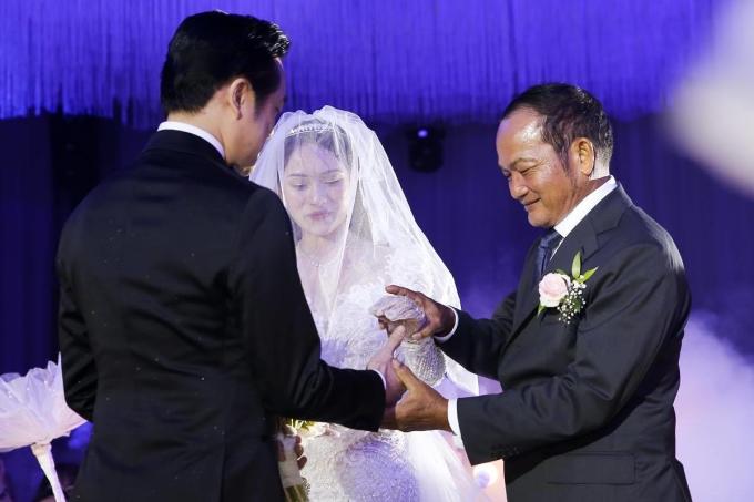 """<p> Gia đình gửi gắm nhiều điều, mong hai con sẽ hạnh phúc. Đáp lại, Dương Khắc Linh nói: """"Cảm ơn ba mẹ đã sinh ra chúng con để được ở bên nhau như ngày hôm nay"""".</p>"""