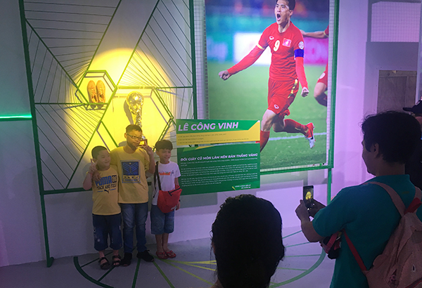 Câu chuyện kể của Quang Vinh thu hút sự quan tâm. Món đồ cũ cũng nhanh chóng hút các bạn nhỏ, phụ huynh và người yêu bóng đá pose hình kỷ niệm.