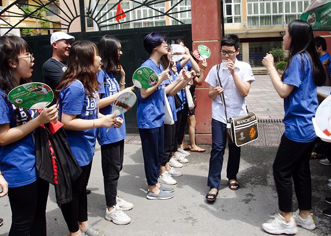 <p> Gần 10h, thí sinh ở Hội đồng thi THPT Kim Liên bắt đầu kết thúc bài thi môn Ngữ văn.</p>