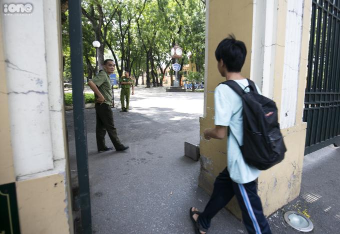 <p> Chiều nay, tại điểm thi trường THPT Chu Văn An vẫn có nhiều thí sinh đi thi khá muộn nên bị ảnh hưởng đến tâm lý. Một nam sinh sát giờ thi mới xuất hiện. May mắn, cổng trường vẫn chưa khóa nên vẫn kịp giờ làm bài.</p>