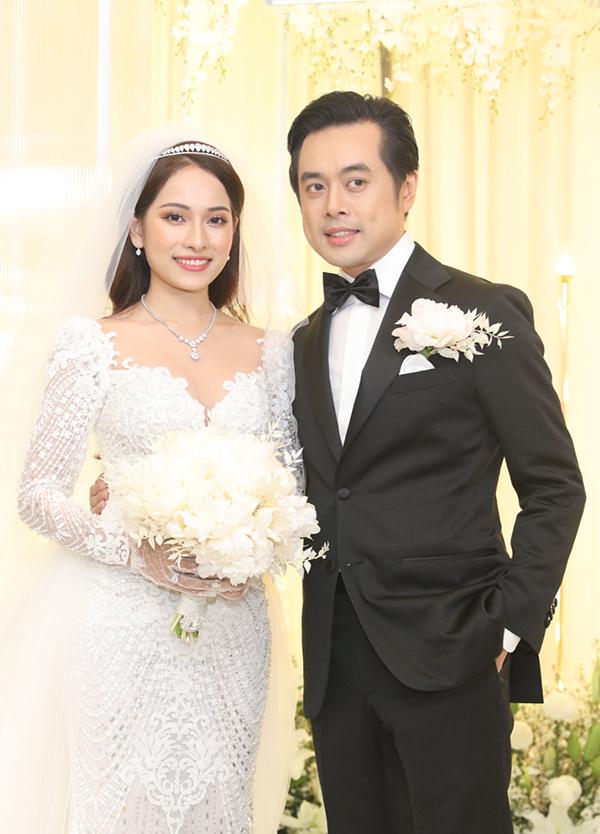 <p> Dương Khắc Linh diện vest bảnh bao, còn Sara Lưu đằm thắm, nhẹ nhàng với chiếc váy cưới được chuẩn bị riêng khá cầu kỳ. Sáng cùng ngày, họ đã chính thức về chung nhà bằng lễ rước dâu hạnh phúc không kém.</p>