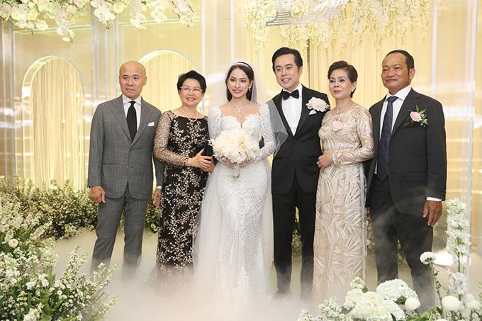 <p> Cô dâu - chú rể và bố mẹ hai bên có mặt từ khá sớm để chuẩn bị đón khách. Không gian tiệc cưới đuộc trang trí nhiều hoa tươi và nến tạo cảm giấc ấm cúng.</p>