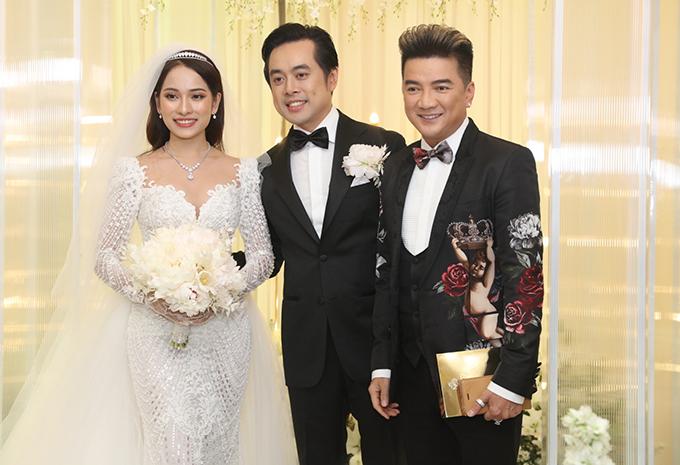 <p> Nhiều sao Việt đã có mặt ở tiệc cưới để chúc mừng hạnh phúc cặp đôi. Đàm Vĩnh Hưng là một trong những khách mời đến từ khá sớm.</p>