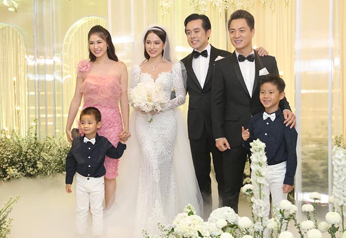 <p> Cả gia đình Đăng Khôi dự tiệc cưới. Ngoài đời thực, họ chơi chung với nhau rất thân, thường gặp gỡ, nấu ăn chung.</p>