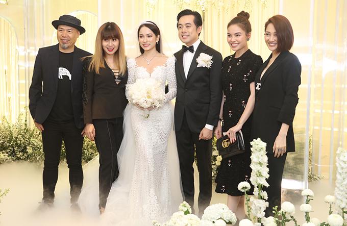 <p> Nhạc sĩ Huy Tuấn, Lưu Thiên Hương, ca sĩ Giang Hồng Ngọc, Bảo Anh chúc mừng cặp vợ chồng son.</p>