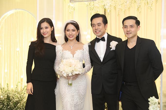 <p> Đông Nhi - Ông Cao Thắng mặc đúng dresscode đen hoặc hồng theo yêu cầu của chủ nhân tiệc cưới.</p>