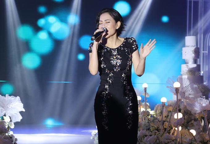 <p> Thu Minh hát mở màn trong tiệc cưới bằng ca khúc nồng nàn.</p>