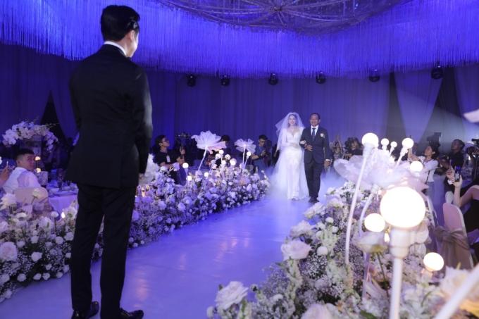 <p> Tiệc cưới của Sara Lưu - Dương Khắc Linh diễn ra tối 2/6 tại TP HCM với sự góp mặt của người thân, bạn bè, đồng nghiệp thân thiết. Dương Khắc Linh chờ đợi khoảnh khắc bố Sara Lưu dắt tay con gái vào lễ đường để trao tận tay.</p>