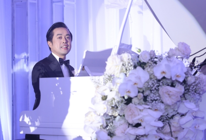 <p> Trong tiệc cưới, cô dâu - chú rể chiêu đãi khách mời một tiết mục đặc biệt - ca khúc mới sáng tác.</p>