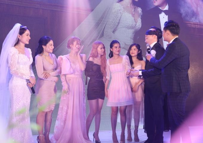 <p> Dương Khắc Linh còn bị làm khó khi nhận thử thách bịt mắt, nắm tay 7 cô gái trên sân khấu và tìm ra đâu là vợ mình. Bằng cảm nhận từ trái tim, cuối cùng anh cũng tìm đúng Sara Lưu.</p>