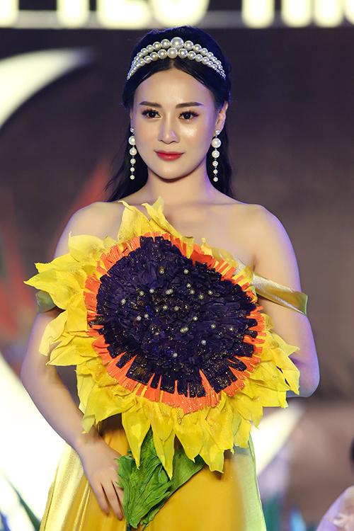 Từ sau bộ phim Quỳnh búp bê, Phương Oanh nhận được nhiều tình cảm yêu mến của khán giả. Cô cũng được nhiều nhà thiết kế, thương hiệu tin tưởng mời trình diễn thời trang dù đã xa rời sàn catwalk khá lâu.