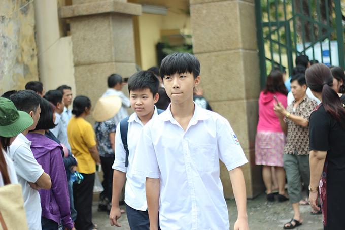 <p> Tại Hội đồng thi THPT Yên Hòa, các thí sinh bước ra khỏi phòng thi sau 120 phút làm bài.</p>