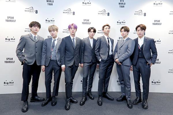 BTS tại họp báo trước giờ tổ chức concert Speak Yourself ở Wembley.