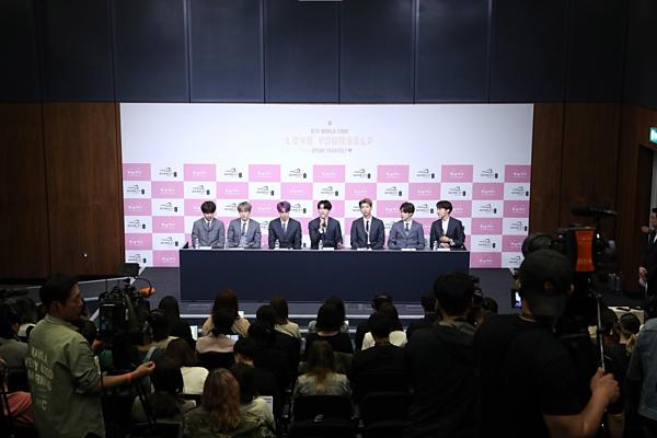 Nhiều phóng viên Hàn Quốc đã sang Anh để đưa tin về buổi trình diễn lịch sử của BTS.