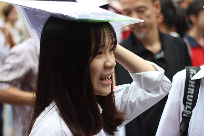 <p> Thí sinh Trần Thu Trang (THCS Nguyễn Công Trứ) cho biết đề Văn năm nay khá dễ so với các năm trước. Nữ sinh cảm thấy thích thú với câu nghị luận xã hội và dự tính sẽ đạt 7 - 8 điểm với bài thi.</p>